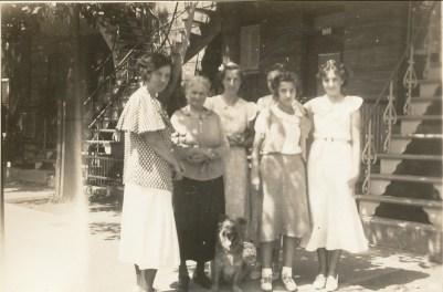 1934, rue St-Urbain, Germaine, Johanna (Moe), Jeanne, Gaby et Henriette de Kinder avec chien Teddy