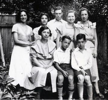 1935, 1e - Germaine, Robert et Louis de Kinder, 2e - Henriette et Gaby de Kinder, Charles et Rita Fournier et Jeanne