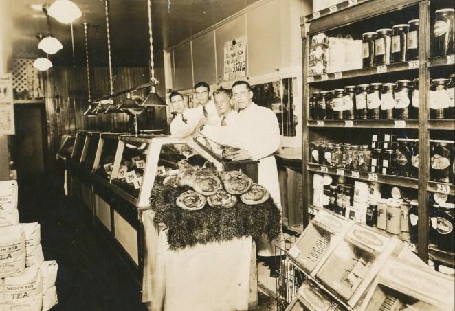 1935 approx Albert Thivierge en avant d_une shop de viande rue Van Horne