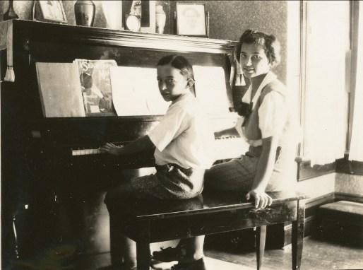 1936, Maurice et Gabrielle de Kinder au piano
