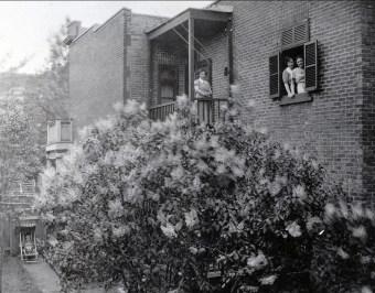 1937, 5755 rue Waverly - lilas - Germaine au balcon, Jeanne et Henriette à la fenêtre