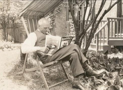 1937, François de Kinder en lecture