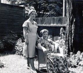 1939, Gaby et Germaine de Kinder dans la cour du 5684 Clark