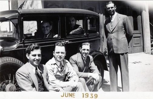 1939, Johnny Sofio à gauche, Ti-Lou au volant, ..., ..., Albert à droite