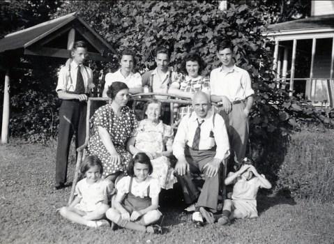 1941, à St-Didace; arrière - Maurice, Gaby, Robert, Claire Hamelin, Louis; milieu - Germaine, mne Hamelin, François de Kinder