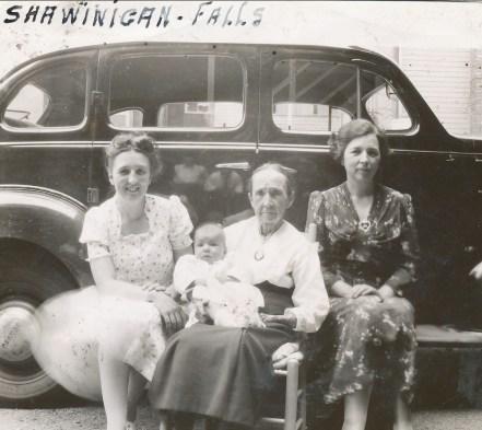 1941, Shawinigan Falls - Henriette, mémère Fournier avec Paulette et Germaine