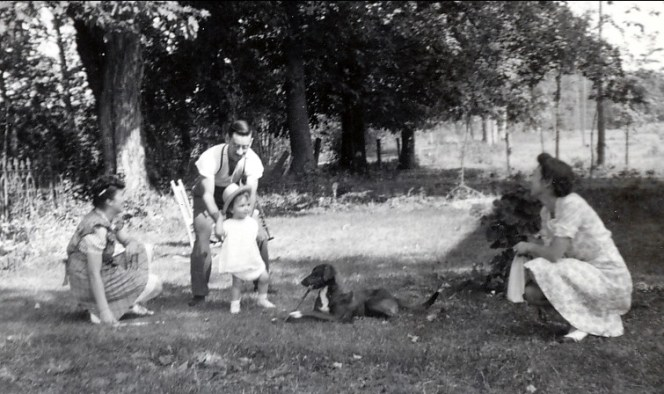 1942, St-André - Jeanne et Jean-Paul avec Henriette et Paulette