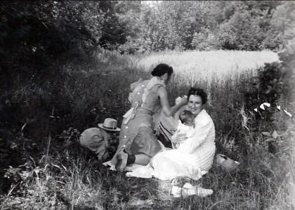 1942, St-André - pique nique Paulette, Jeanne, Marc, Henriette