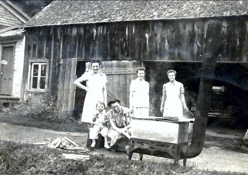 1943 Henriette Thivierge, Jeanne Naubert, Paulette et voisines à St-André