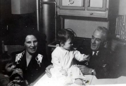 1943, approx Anna et Frank Williams avec leur garçon