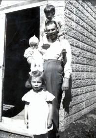 1944, Albert avec Marc, Irène et Paulette Thivierge - rue des Érables