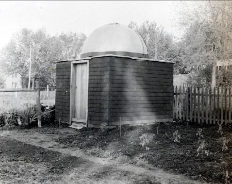 1944, François de Kinder construit son observatoire aidé par son fils Robert