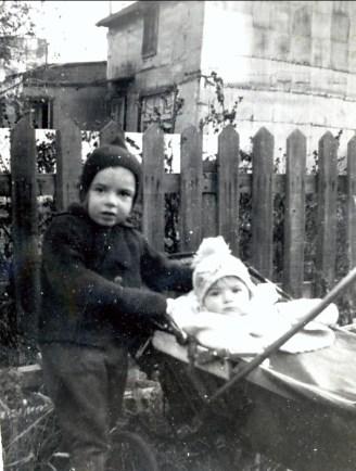 1944, Paulette et Irène, cour rue des Érables