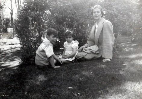 1946, approx Jimmy, Hélèna et Laurette Sofio