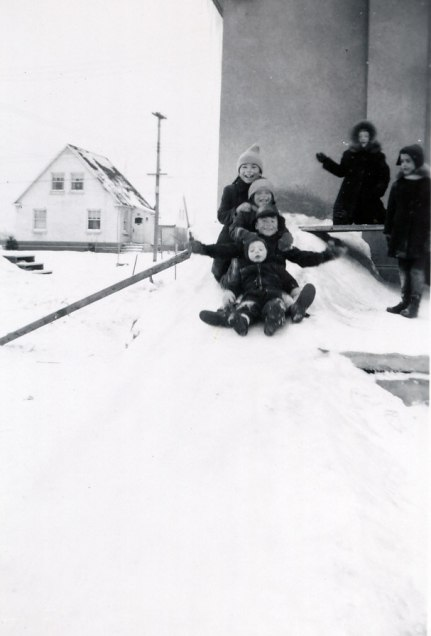 1947, Bobby, Marc, Irène, Paulette - av des Plaines glissade