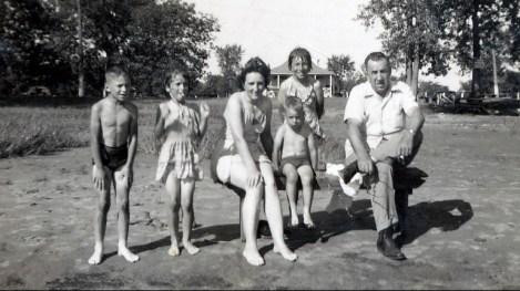 1948, Cap St-Jacques - Marc, Irène, Henriette, Bobby, Paulette, Elzéar Fournier