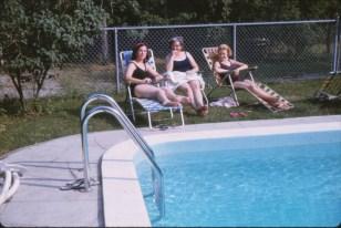 1961 approx Irène, Henriette et Carole piscine