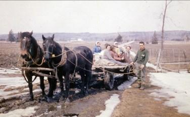 1963 appox St-Canut, sucres; Simone, Robert, Henriette, ...