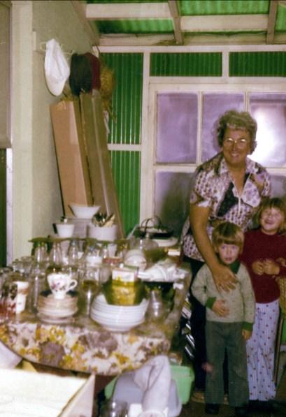 1974, Henriette avec Luc et Maryse , balcon arrière rue des Plaines