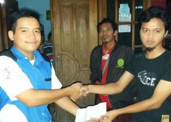 Kepala Bidang Humas, Ayip F (Kiri) menyerahkan bantuan kepada M. Zaenal Arifin (kanan)
