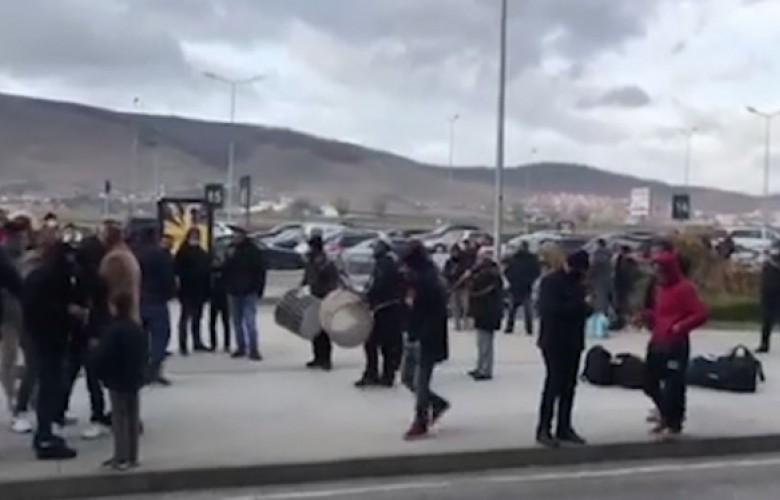 Pritja e bashkatdhetarëve me tupana e valle në Aeroportin e Prishtinës