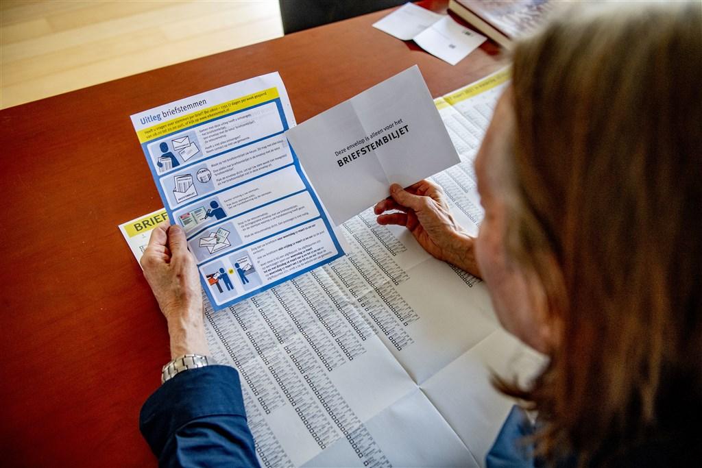 https www rtlnieuws nl nieuws nederland artikel 5219176 tweede kamerverkiezingen briefstemmen 70 plussers enveloppen