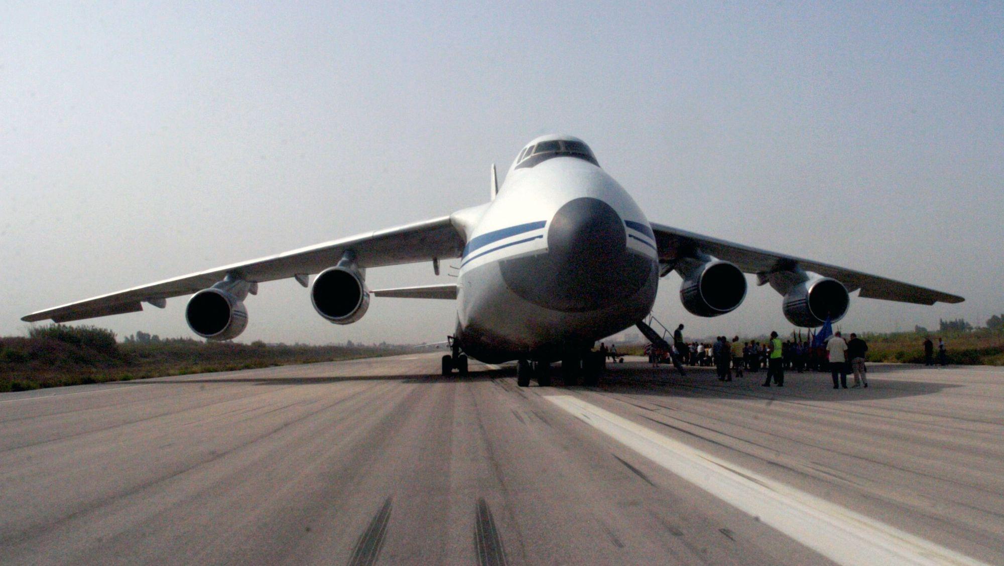 L'avion russe apportant de l'aide humanitaire en train d'être déchargé à l'aéroport de Lattaquié en Syrie.