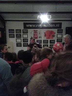 Veltman doneert debuutshirt Oranje aan VV IJmuiden