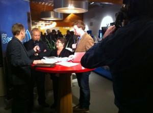 Gertjan Huijbens en Jelle Dijkstra zullen de uitslagenavond presenteren. Foto: RTV Seaport/Sjoerd Dekker