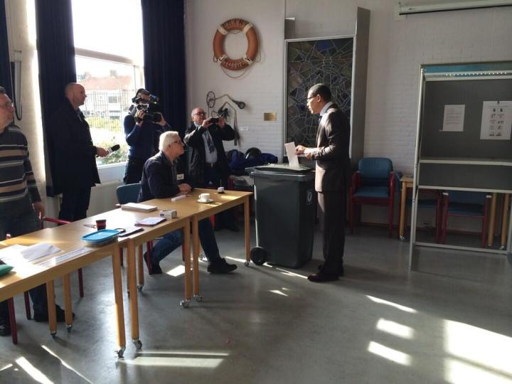 Burgemeester Franc Weerwind stemt in Zee- en Havenmuseum