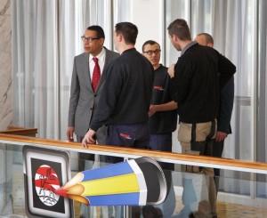 Burgemeester Franc Weerwind zorgde persoonlijk voor een goede afloop van het ongeluk. FOTO: RTV Seaport/Ron Pichel