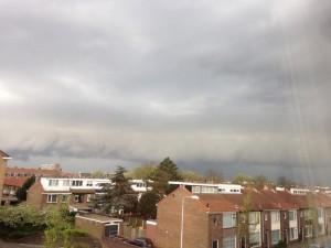 Rolwolk boven IJmuiden, eerder deze middag. Foto: Twitter.com / @donblondie