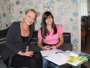 Pauline begeleidt Irja met haar schoolwerk. Foto: School's cool IJmond.