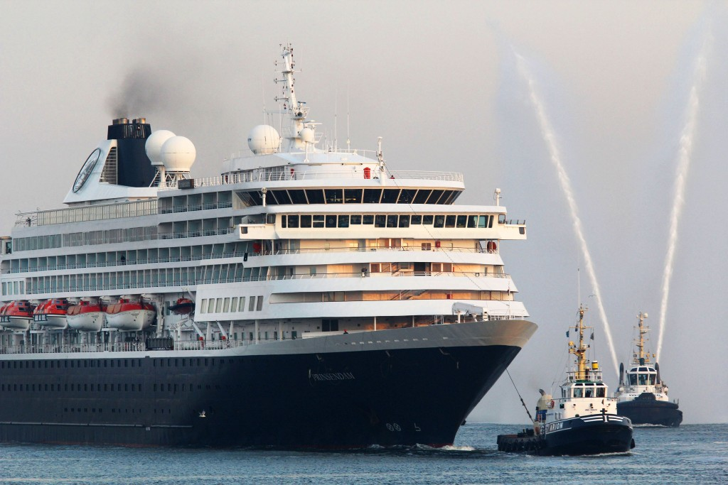Cruisekanjer Prinsendam voor 't eerst in IJmuiden