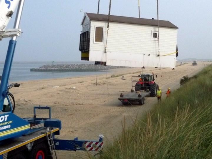 Strandhuisjes van strand gehaald