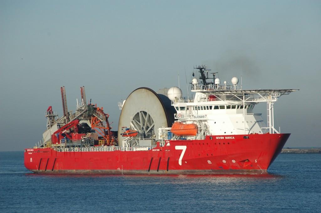 Gigantisch haspel op schip door kanaal