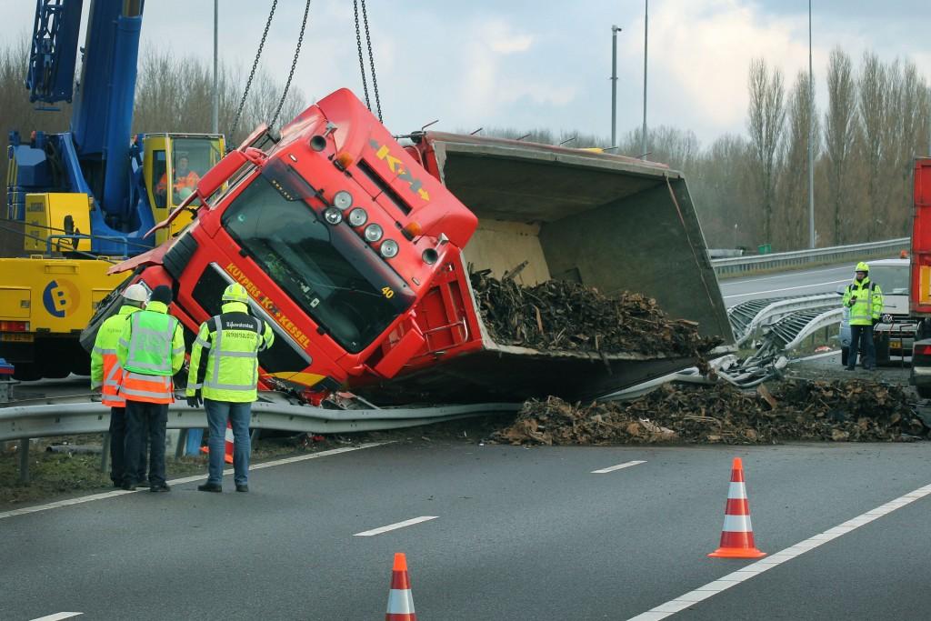 In beeld: vrachtwagen ontwricht A9