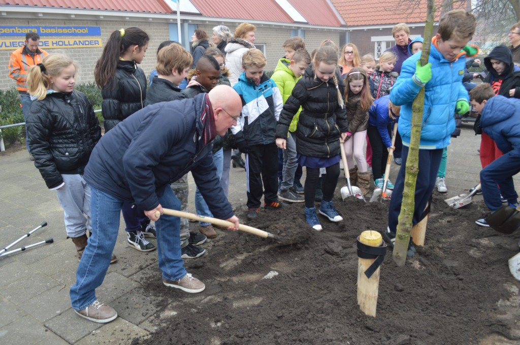 Leerlingen planten bomen bij school