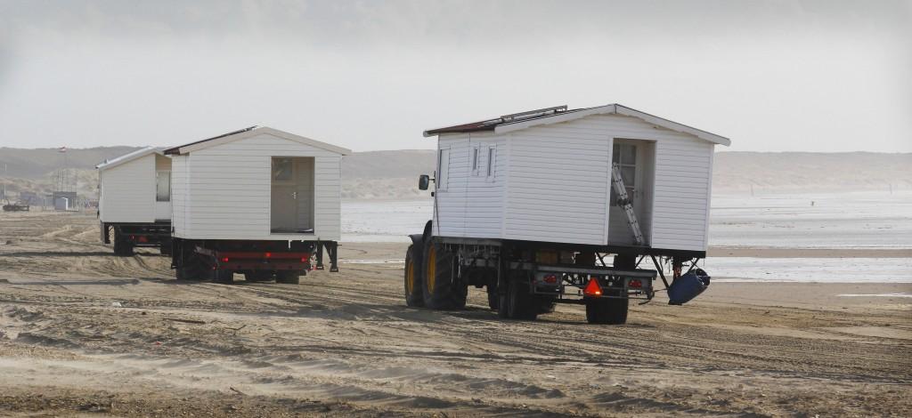 Strandhuisjes plaatsen op het strand