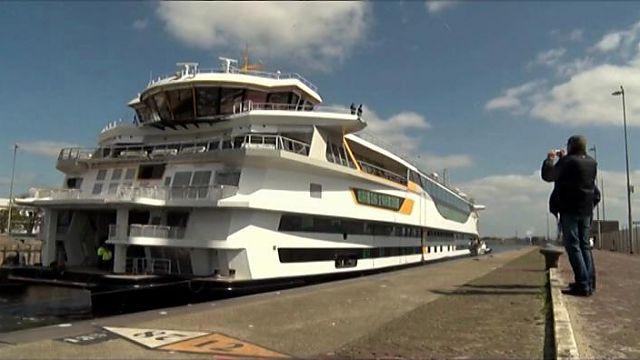 Veerboot Texel vaart IJmuiden binnen