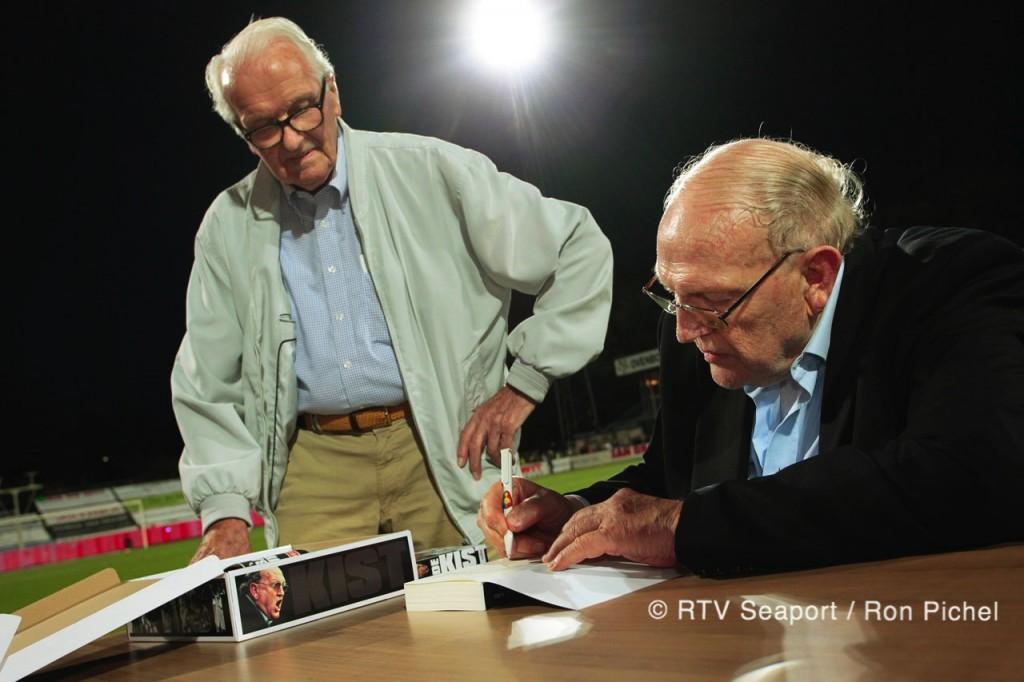 Simon Kistemaker signeert boek