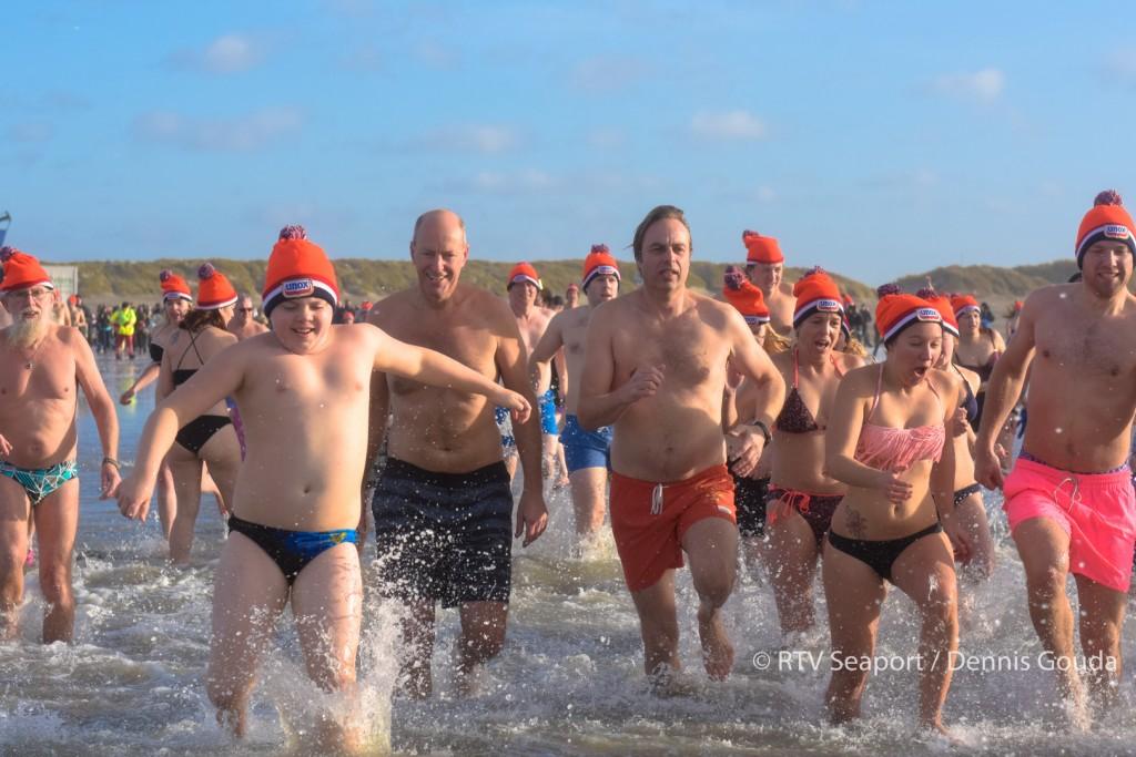 Ruim 700 deelnemers nieuwjaarsduik IJmuiderstrand