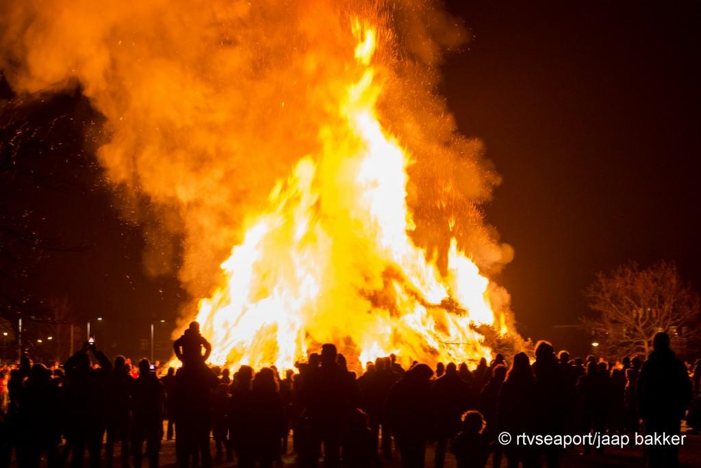 Grote brandstapels in Santpoort en IJmuiden