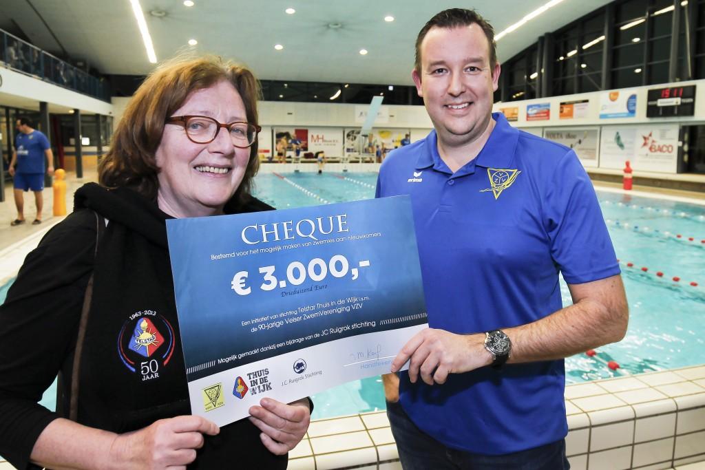 Cheque aan VZV voor zwemles aan nieuwkomers