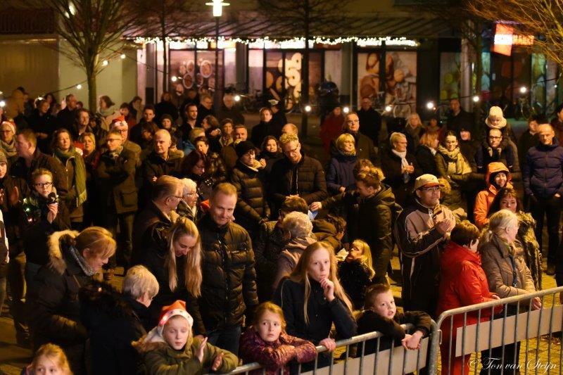 Veel zangers tijdens Kerstsamenzang Velserbroek