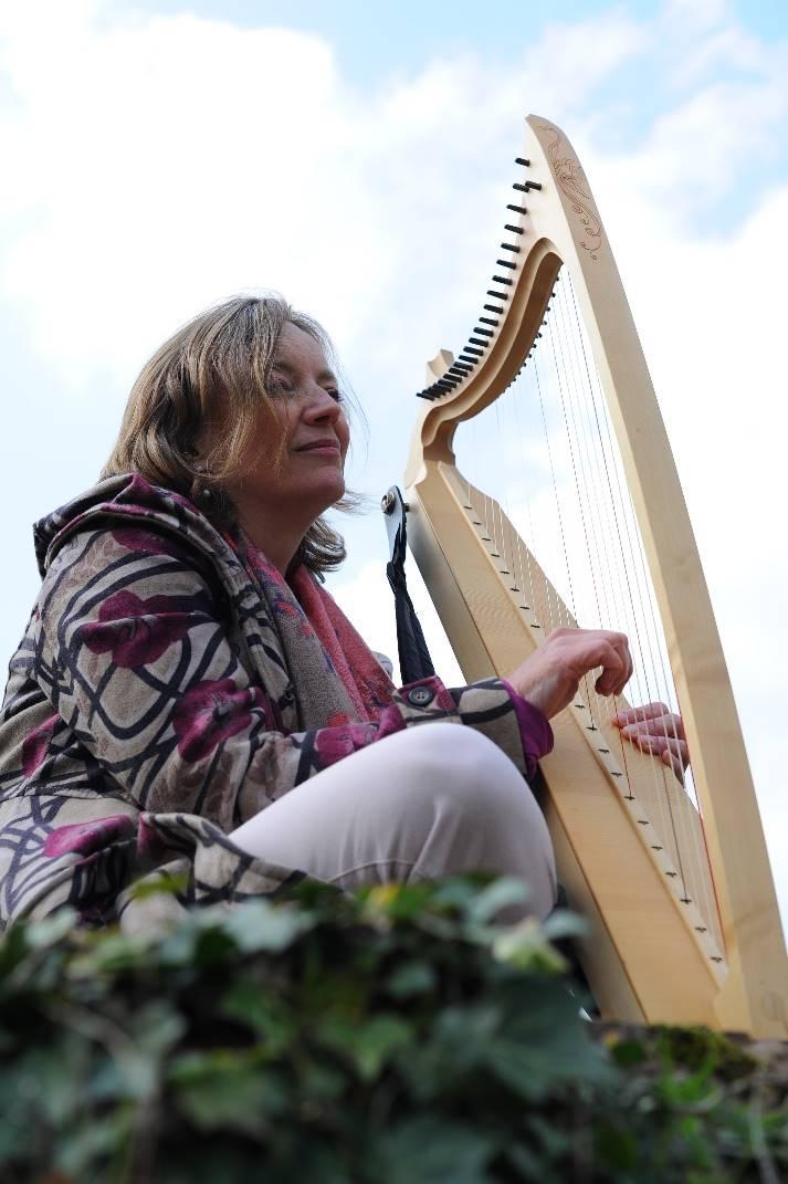 Harpiste Yolanthe Cornelisse in de Ruïne