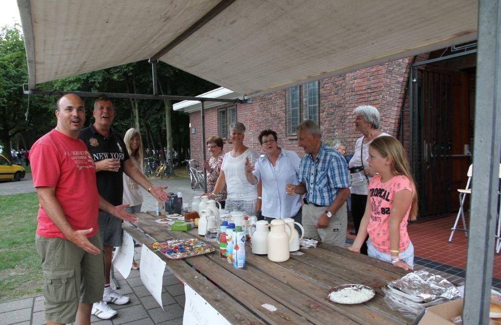 Hapjes bij Naaldkerk tijdens Wielerronde