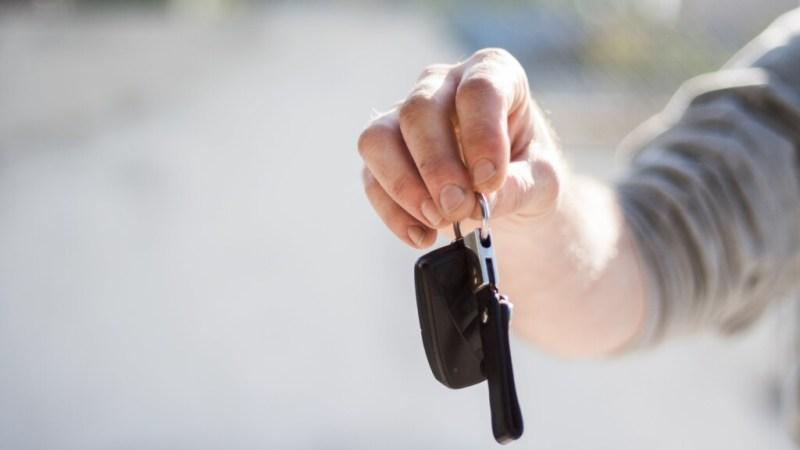 Auto na proefrit gestolen bij autodealer Velserbroek
