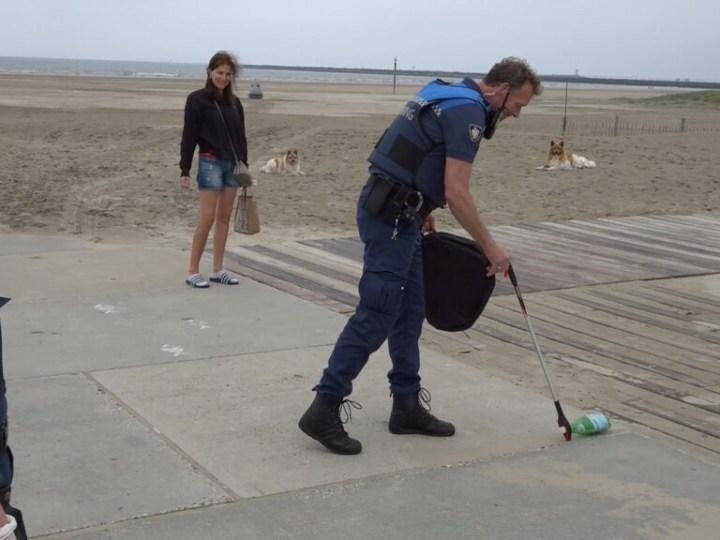 Bewegen en opruimen op het strand tijdens Beach Clean Up