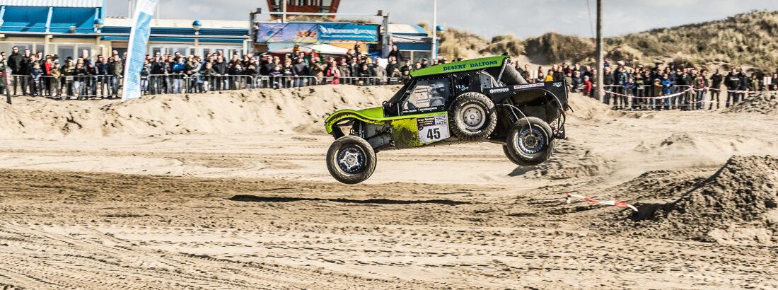 Terreinwagens strijden om de Nederlandse titel op IJmuiderstrand